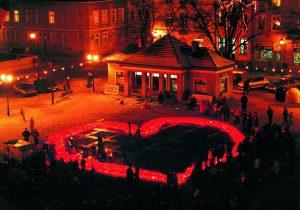 Walentynki Chełmińskie 2003 roku, serce z lampionów, fot. Elżbieta Pawelec
